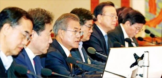 문재인 대통령이 23일 청와대 본관에서 열린 국무회의를 주재하고 있다. 정부는 이날 '9월 평양공동선언'과 '판문점선언 이행을 위한 군사분야 합의서'를 발효시키기 위한 비준안을 의결했다.  /허문찬 기자 sweat@hankyung.com