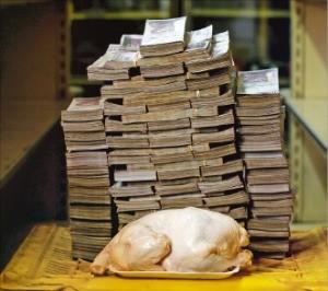 인플레이션이 심각한 베네수엘라에서 생닭 한 마리를 사는 데 필요한 금액을 1000볼리바르짜리 화폐로 쌓아놓은 모습.   /한경DB