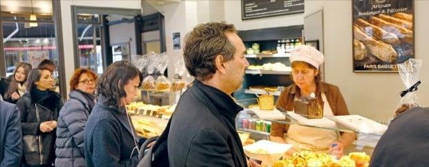 프랑스 파리 1구에 있는 파리바게뜨 샤틀레점에서 소비자들이 줄을 서서 빵을 고르고 있다.  /김보라 기자