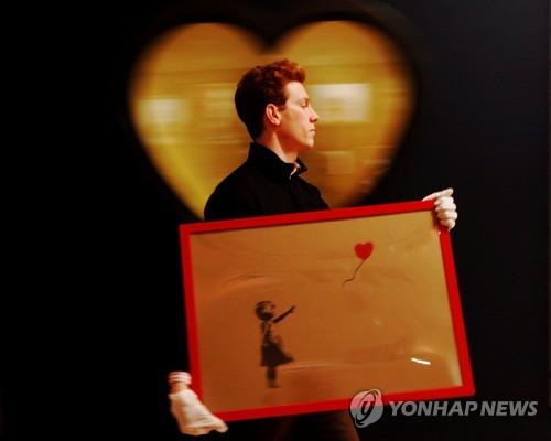 소더비 경매 나온 뱅크시 작품 14억원에 낙찰 뒤 저절로 찢어져
