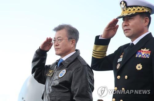 """일출봉함 오른 문대통령 """"국군통수권자로서 자랑스럽고 든든"""""""