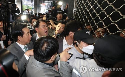 한복·태권도복 입고 질의…서울시 항의방문까지 국감 백태