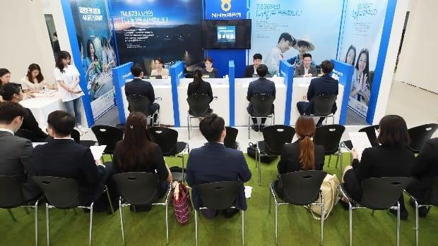 2018 금융권 공동 채용박람회에서 참석자들이 현장면접을 보고 있다. (사진=연합뉴스)