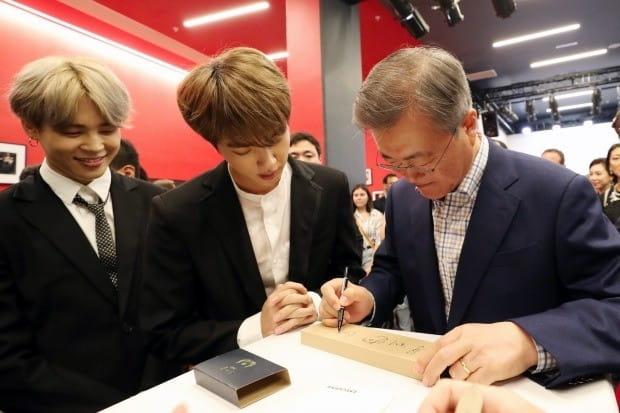 문 대통령, 방탄소년단에게 줄 '이니' 시계에 서명 (사진=연합뉴스)