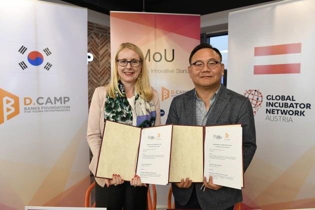 김홍일 디캠프 센터장(오른쪽)과 마가렛 슈렘벅 오스트리아 디지털경제부 장관이 스타트업 지원 협약식 후 기념촬영하고 있다. 디캠프 제공