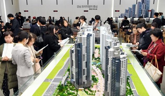 서울 서초동 서초우성1차아파트를 재건축하는 '래미안리더스원' 모델하우스에 인파가 몰린 모습. 한경DB