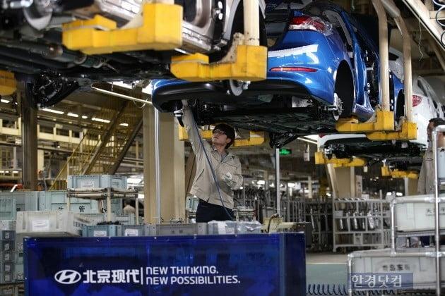베이징현대 1공장 생산라인에서 작업자가 부품을 조립하고 있다. (사진=현대차)