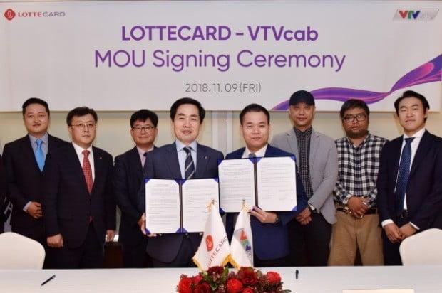 김창권 대표이사(가운데 왼쪽)와 황 응옥 후언(Hoang Ngoc Huan) 브이티브이 케이블(VTV Cab) 회장(가운데 오른쪽). (사진=롯데카드)
