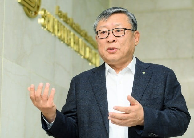 유제만 신풍제약 대표가 서울 역삼동 사무실에서 회사의 혁신 신약 개발 계획에 대해 설명하고 있다. 강은구 기자 egkang@hankyung.com