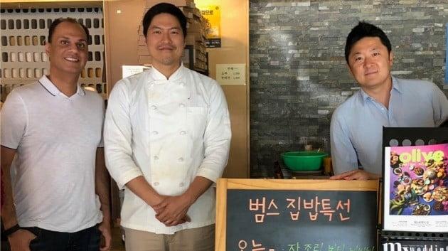 라지 베리 우버이츠 아태 총괄(맨 왼쪽)이 국내 한 식당을 찾아 점주들과 만나는 모습. 우버코리아 제공