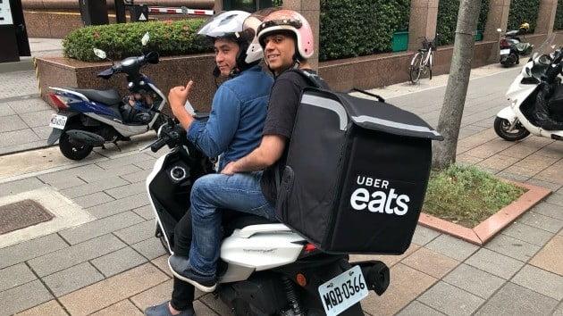 라지 베리 우버이츠 아태 총괄(오른쪽)이 대만에서 배달 파트너와 함께 음식을 배달하고 있다. 우버코리아 제공