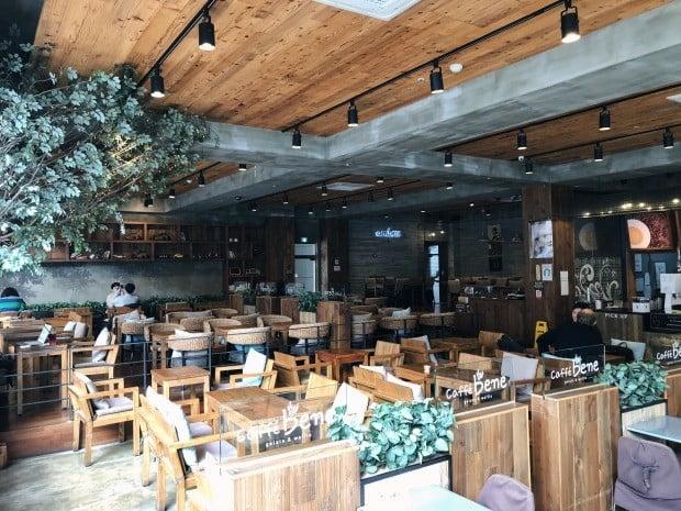 16일 찾은 서울의 한 카페베네 매장 모습. 의자는 140여개가 빼곡히 차 있었지만 손님은 대여섯명에 불과했다. /사진=조아라 한경닷컴 기자 rrang123@hankyung.com