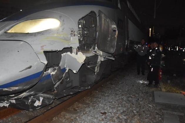 19일 오전 1시 9분께 서울역으로 진입하던 KTX 열차가 선로 보수 작업 중이던 포크레인의 측면을 들이받아 작업자 3명이 다쳤다. 이 사고로 선로 교체 작업 중이던 김 모(59) 씨 등 3명이 다리 등을 다쳐 병원으로 옮겨졌지만, 생명에 지장은 없는 것으로 알려졌다. [용산소방서 제공]