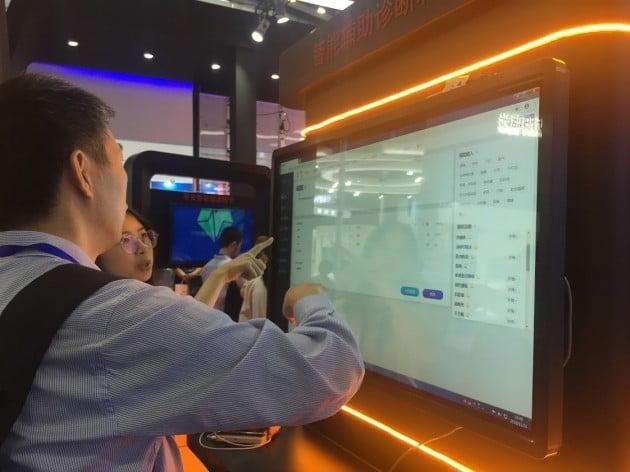 지난 18일 중국 선전에서 열린 '하이테크 페어'에서 핑안과기 관계자가 스마트시티에 적용되는 의료 진단 서비스를 설명하고 있다.