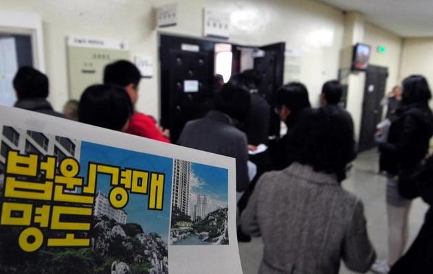 서울의 한 법원 경매 응찰장에 몰린 사람들. 한경DB