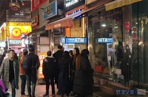 KT 네트워크를 사용하는 서울 시내 소매점에서 카드결제가 불가능해지자 은행 자동화기기(ATM)에는 현금을 찾으려는 시민들이 몰렸다. 사진=전형진 기자