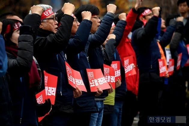 서울 여의도 국회 앞에서 집회 중인 민주노총. 최혁 기자