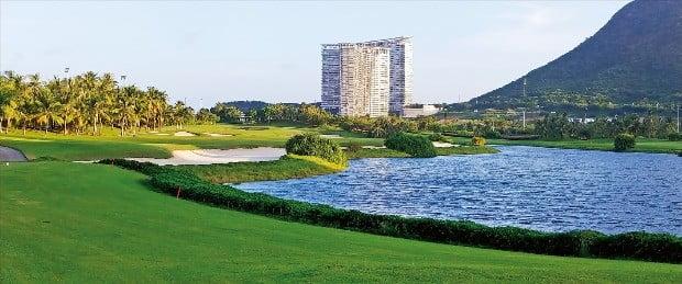 루후이터우 골프장에서 가장 난도가 높은 파5  핸디캡이 1인 10번홀 전경.  이민희 여행작가   travel@hankyung.com