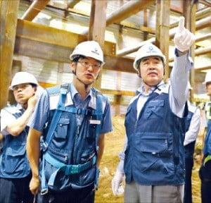 김형 대우건설 사장(오른쪽)이 공사 현장을 시찰하고 있다. /대우건설 제공