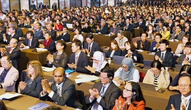 < 글로벌 인재포럼 '뜨거운 열기' > '글로벌 인재포럼 2018' 참석자들이 6일 서울 광장동 그랜드워커힐호텔에서 이리나 보코바 전 유네스코 사무총장의 기조연설을 듣고 있다. /강은구 기자 egkang@hankyung.com