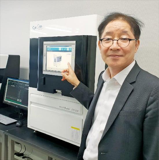 전병희 싸이토젠 대표가 서울 문정동 본사에서 혈액 속 암세포를 포집하는 공정을 설명하고 있다.  /박영태 기자