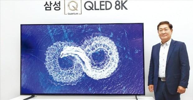 """한종희 삼성전자 영상디스플레이사업부장(사장)이 7일 서울 반포동 세빛섬 플로팅아일랜드 컨벤션홀에서 열린 'Q라이브' 행사에서 QLED 8K TV를 소개하며 """"기존 초고화질(UHD) TV보다 더 빠르게 성장할 것""""이라고 말했다. /삼성전자 제공"""