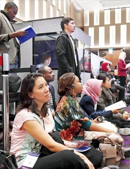 지난 6일 열린 '글로벌 인재포럼 2018'의 특별세션 '내일을 창조하는 메이커 교육'을 찾은 청중이 좌석이 부족해 행사장 바닥에 앉아 셰리 라시터 팹재단 대표의 발표를 듣고 있다. /김범준  기자 bjk07@hankyung.com