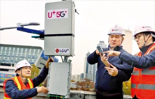 하현회 LG유플러스 부회장(오른쪽 두 번째)이 8일 서울 노량진 기지국의 5세대(5G) 이동통신 네트워크 구축 현장을 찾아 직원에게 설명을 듣고 있다. /LG유플러스  제공