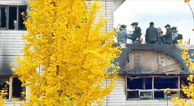 9일 오전 화재가 발생한 서울 종로구 관수동 국일고시원에서 경찰과 소방 관계자들이 화재 원인을 찾기 위해 감식하고 있다.  /허문찬  기자 sweat@hankyung.com