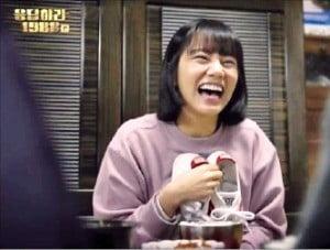 드라마 '응답하라 1988'에서 덕선이가 타이거 운동화를 선물받고 기뻐하는 장면.