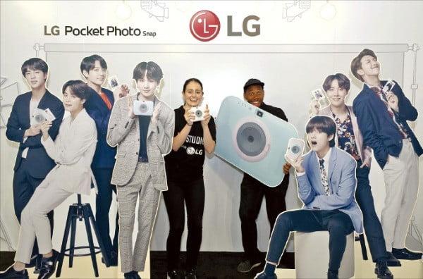 LG전자는 지난 9월5일 미국 로스앤젤레스에서 열린 방탄소년단 월드투어 콘서트에서 LG전자 제품 체험은 물론 방탄소년단과 관련된 콘텐츠를 즐길 수 있는 BTS스튜디오를 운영했다.  /LG전자 제공