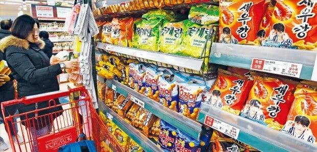 < 농심 54개 제품 가격 인상 > 농심이 15일부터 새우깡 등 스낵류 19개 브랜드, 54개 제품 가격을 인상하기로 했다. 13일 서울의 한 대형마트에서 소비자들이 과자를 고르고 있다.  /김범준  기자 bjk07@hankyung.com