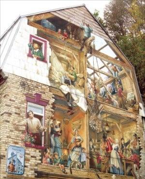 퀘벡 시티 프티샹플랭 거리의 건물 벽화.