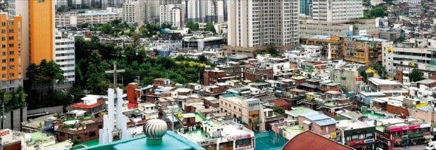 서울 시내 재개발·재건축 사업 추진 지역의 정비사업이 각종 규제로 제동이 걸리면서 아파트 공급 부족이 심화되고 있다. 낡은 단독주택과 다세대주택 등이 밀집해 있는 동작구 흑석동 일대.  /한경DB
