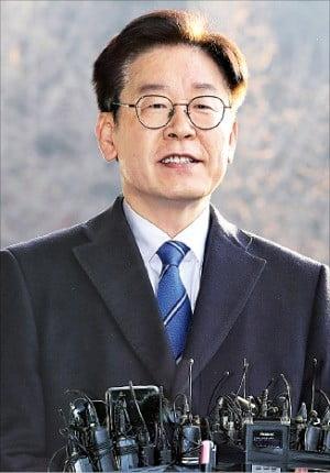 이재명 경기지사가 19일 수원시 경기도청에서 경찰 수사 결과에 대한 입장을 밝히고 있다.  /연합뉴스