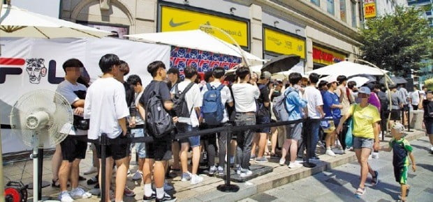 휠라와 게임 전문 인터넷 방송인(스트리머) '우왁굳'이 협업한 제품을 사기 위해 지난 4일 ABC마트 인천 간석점 앞에 긴 줄이 생겼다.  /휠라코리아 제공