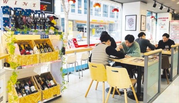 광주광역시 상무중앙로에 있는 카페형 편의점인 GS25 상무본점에서 소비자들이 커피와 디저트를 먹고 있다.  /GS25  제공