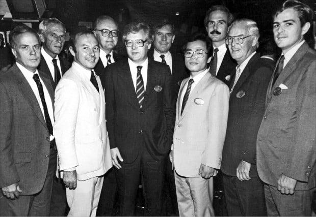 1984년 8월22일 코리아펀드(KF)의 뉴욕 증권거래소 상장 기념사진. 앞줄 왼쪽 두 번째는 니컬러스 브랫 코리아펀드 사장, 네 번째는 당시 대우증권(미래에셋대우)에 근무하며 코리아펀드 부사장을 맡았던 황건호 전 금융투자협회장이다.  /금융투자협회 제공