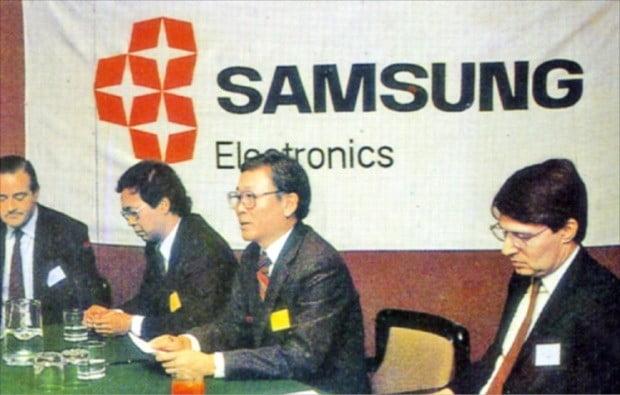 1985년 삼성전자가 해외 전환사채 발행을 위해 유럽에서 투자설명회를 하고 있다.  /한국거래소 제공