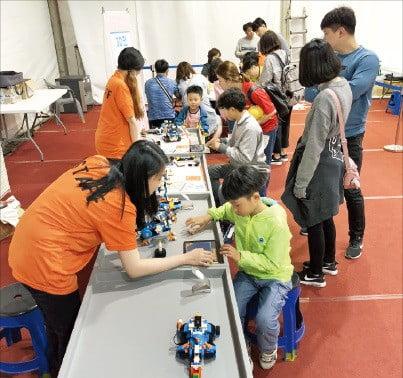 강릉 SW체험센터가 개설한 '강릉단오제 SW체험관'에서 아이들이 로봇을 다뤄보고 있다.
