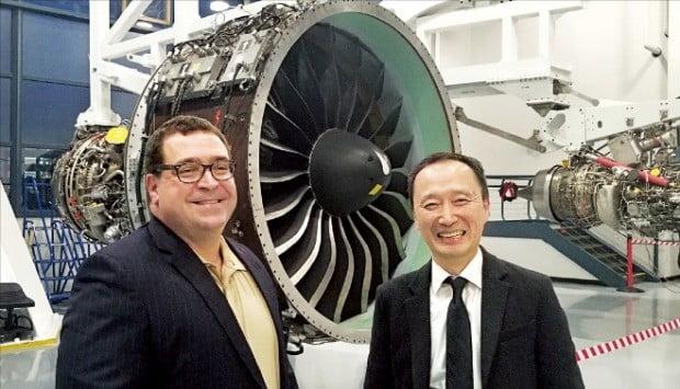 로버트 퀸 프랫앤드휘트니(P&W) 이사(왼쪽)와 지명준 한화에어로스페이스 상무가 국제공동개발 방식으로 생산한 '기어드 터보팬(GTF)' 엔진을 소개하고 있다. /김현석  특파원