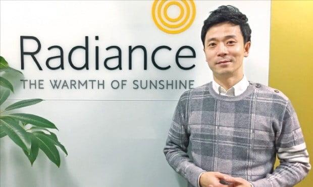 김보규 라디언스 대표가 경기 성남시 판교 본사에서 온열매트 라디샤인에 적용한 맞춤형 열선 기술을 설명하고 있다.  /전설리  기자