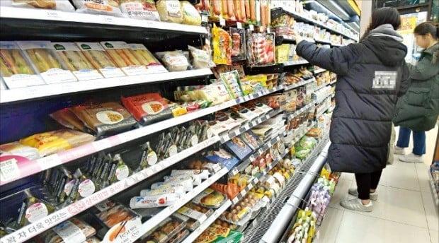 이마트24는 식품이 맛없으면 100% 환불해주는 '맛보장 서비스'를 선보인다. 25일 이마트24 서대문연희점을 찾은 소비자들이 먹거리를 고르고 있다.    /김영우 기자 youngwoo@hankyung.com