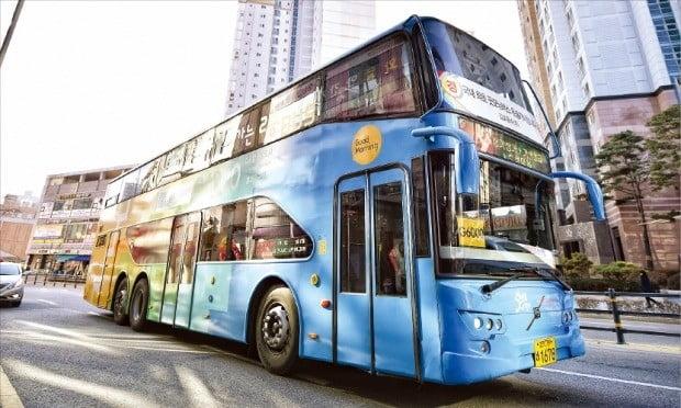 < 전국 최초로 도입한 2층버스 46대 운행 > 경기 김포시가 서울로 출퇴근하는 시민을 위해 2015년 전국 최초로 도입한 2층버스. 총 46대의 버스가 김포신도시를 출발해 서울시청, 강남역, 당산역까지 왕복 운행한다. /김포시 제공