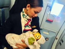 배고파 우는 승객 아기에게 젖 먹인 필리핀 항공기 승무원