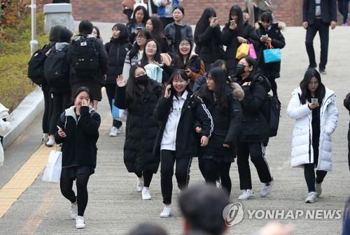 """'지진 악몽' 포항지역 수능 무사히 끝났다…가족들 """"고생했다"""""""