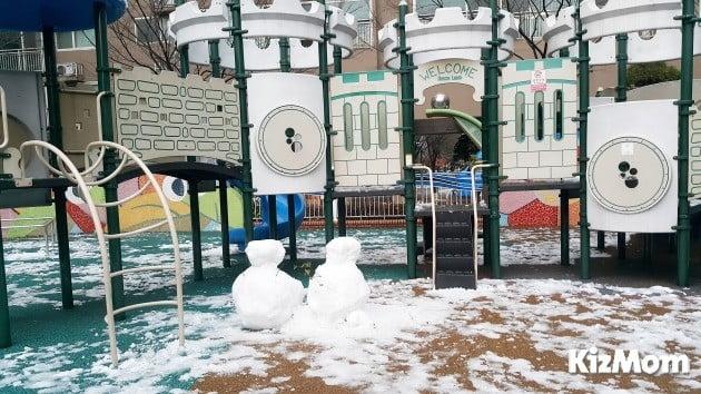지난 24일 오후 한 차례 쌓인 눈을 정리했음에도 여전히 눈이 녹지 않고 남아 있는 상태다.