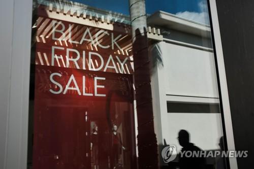'블프 폭풍클릭' 美온라인판매 24% 껑충…오프라인은 쇼핑객감소