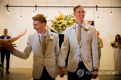 """동성애 데이팅앱 회장 """"결혼은 남성·여성간에…"""" 발언했다 역풍"""