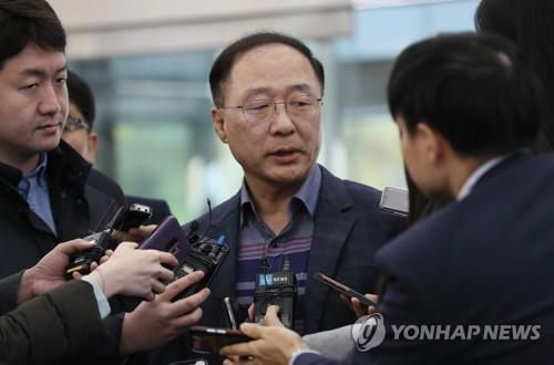 """홍남기 """"고용동향 여전히 엄중한 상황…추가대책 고민"""""""